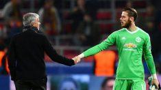 Mourinho y De Gea se saludan tras un partido del United.