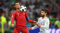 Cristiano Ronaldo y Piqué pelean por un balón (Getty).