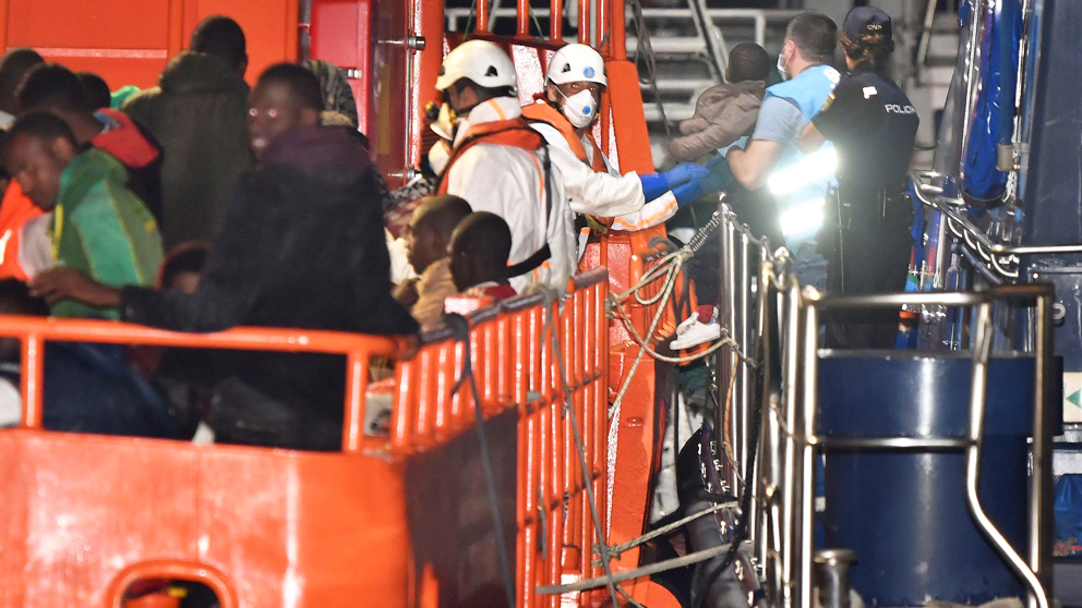 Rescate de inmigrantes en el puerto de Almería. (Foto: EFE)