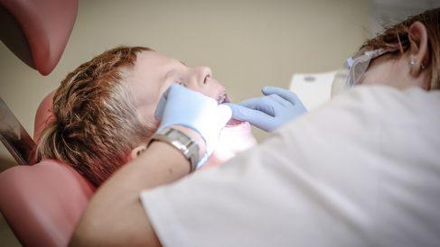 El dentista es el encargado de cuidar nuestros dientes