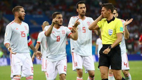 Koke reclama a Rocchi que revise el penalti de Nacho a Cristiano en el VAR. (Getty)