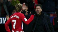 Antoine Griezmann y el Cholo Simeone celebran un gol. (Getty)