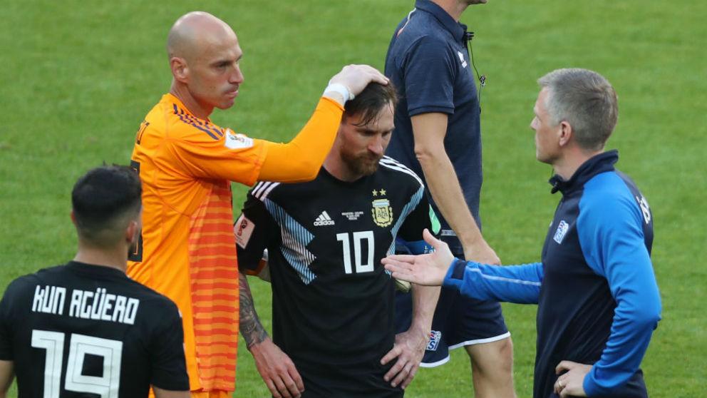 Los compañeros de selección consuelan a Leo Messi. (Getty)