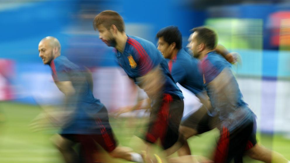Gerard Piqué, en pleno sprint en un entrenamiento de la selección española. (AFP)