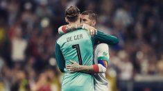 Ramos y De Gea se abrazan durante el Portugal – España.