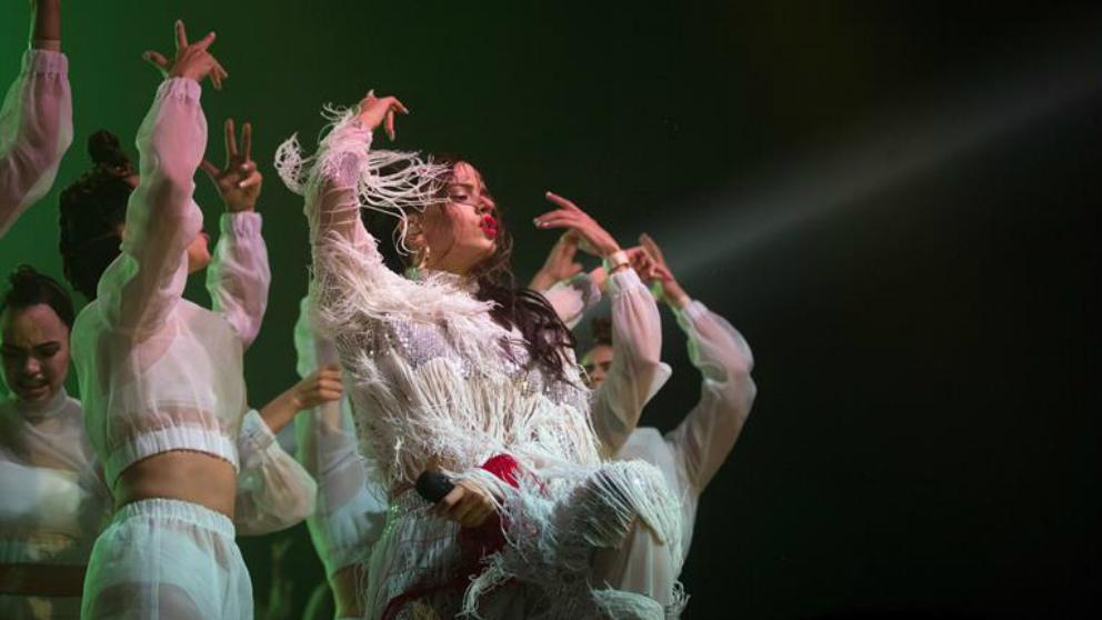 La cantante Rosalía durante su actuación en la segunda jornada del festival de música Sónar, que este año cumple su 25 aniversario y que se celebra hasta el próximo domingo en Barcelona. Foto: EFE