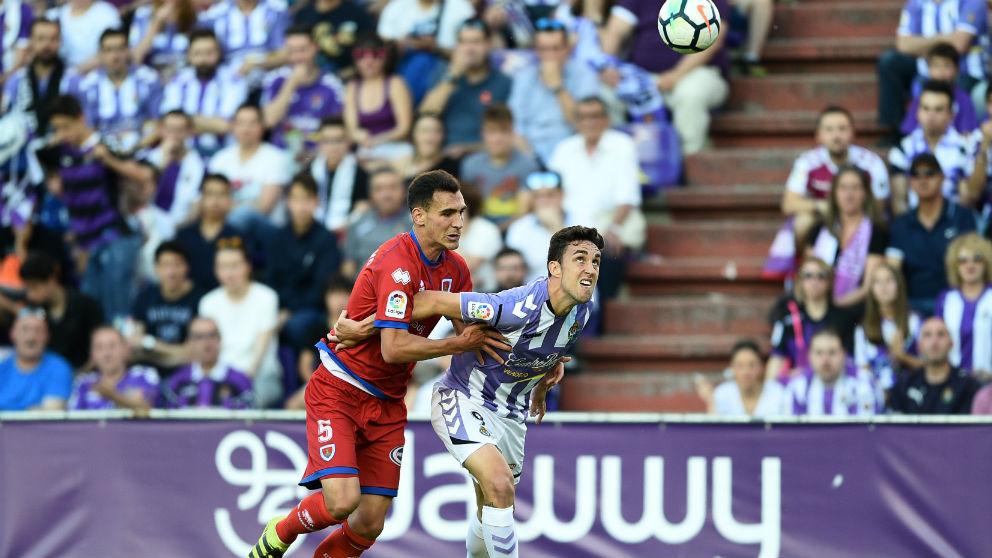 Mata y Dani Calvo pelean por un balón durante el Valladolid – Numancia. (Getty)