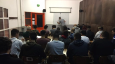 Un profesor impartiendo una clase.