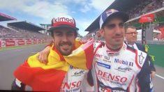 Fernando Alonso celebró la victoria en Le Mans con la bandera de España.