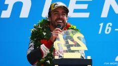 Fernando Alonso, feliz tras ganar las 24 horas de Le Mans. (Getty)