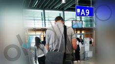 Iñaki Urdangarin en la puerta de embarque del aeropuerto de Ginebra este domingo. (Foto: Fernando Ramos)