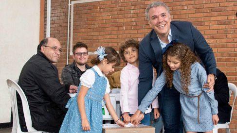 El candidato del CD Iván Duque, votando en la segunda vuelta de las elecciones presidenciales de Colombia.