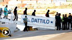 Inmigrantes bajando del 'Aquarius' (Foto: Efe).