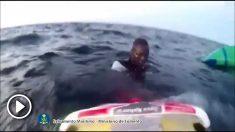 Momento en que el Helimer 204 rescata a dos hombres que estaban en el agua, cerca de su patera hundida.