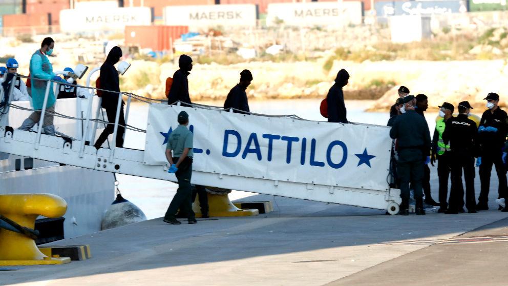 Inmigrantes bajando del 'Aquarius'. (Foto: EFE)
