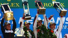 Fernando Alonso, en el podio de Le Mans junto a sus compañeros.
