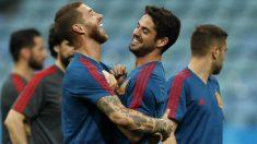 Isco y Sergio Ramos se abrazan en un entrenamiento. (AFP)