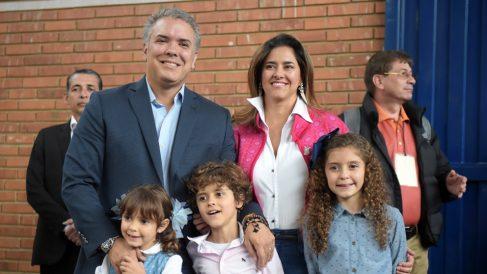 Iván Duque, presidente de Colombia, junto a su familia. (Foto: AFP)