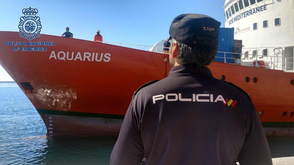Un policía, en el dispositivo de acogida a los inmigrantes del 'Aquarius', en el puerto de Valencia. (EP)