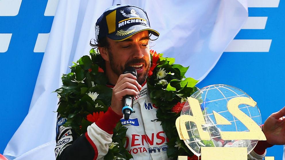 Fernando Alonso disfruta de su triunfo en las 24 horas de Le Mans.