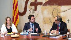 El presidente de la Generalitat, Quim Torra (d), el vicepresidente del Govern y conseller de Economía y Hacienda, Pere Aragonès (c), y la consellera de la Presidencia y Portavoz del Govern, Elsa Artadi (i) (Foto: Efe)