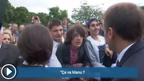 """Emmanuel Macron reprende a un adolescente y le pide """"respeto""""."""