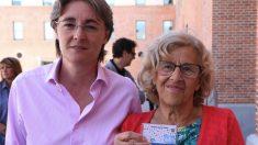 Marta Higueras y Manuela Carmena con la nueva Tarjeta. (Foto. Madrid)