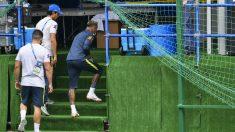 Neymar se retira del entrenamiento de la selección brasileña. (AFP)