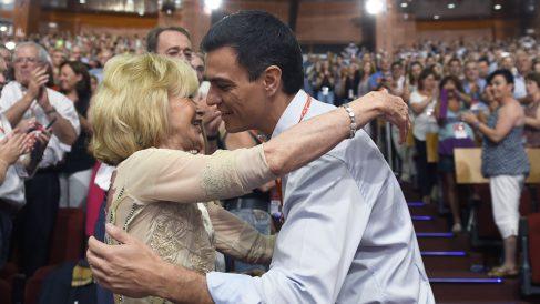 María Teresa Fernández de la Vega y Pedro Sánchez. (Foto: AFP)