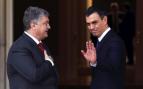 El presidente del Gobierno, Pedro Sánchez, en su primer encuentro oficial en Moncloa con el ucraniano Poroshenko