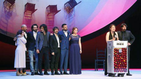 Integrantes de la compañía Kulunka Teatro tras recibir premio Max por 'Solitudes'. (Foto: EFE)