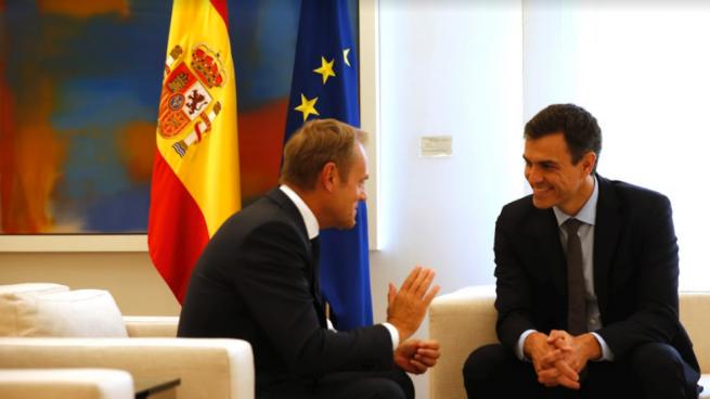 El presidente del Gobierno, Pedro Sánchez, con Donald Tusk en Moncloa