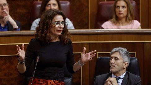La ministra de Hacienda, María Jesús Montero, en sesión de control en el Congreso de los Diputados. (Foto: EFE/Emilio Naranjo)