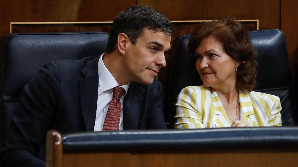 El presidente del Gobierno, Pedro Sánchez, y la vicepresidenta y ministra de Igualdad, Carmen Calvo. (Foto: EFE)