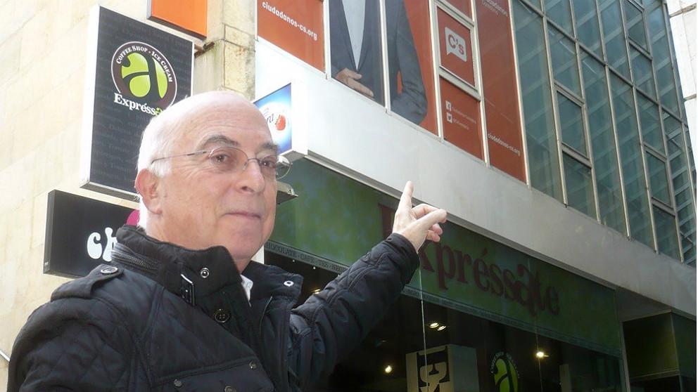 Carlos Pracht, ex diputado de Ciudadanos, ante un cartel electoral del partido. (EP)