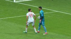 Diego Costa no pisa al portero de Irán.