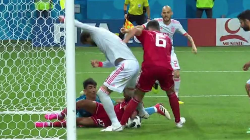 El defensor de Irán evitó el gol de Pique.́