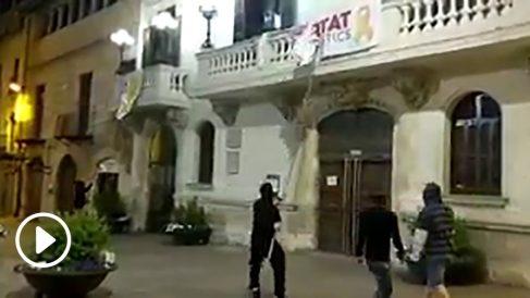 Limpian de propaganda separatistas el Ayuntamiento de Villafranca.