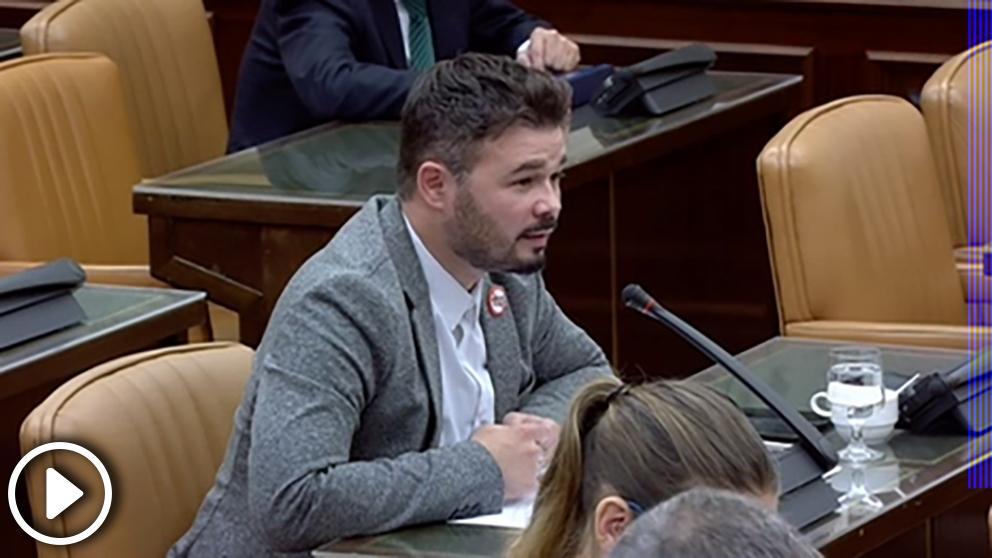 Gabriel Rufián preguntando a María Dolores de Cospedal durante la comisión de investigación sobre la financiación ilegal del PP en el Congreso de los Diputados.