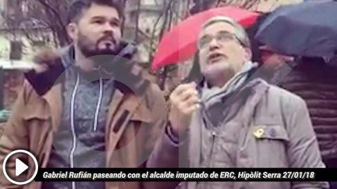 Gabriel Rufián paseando con el alcalde imputado de ERC, Hipòlit Serra.
