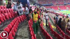 Los aficionados de Senegal recogen sus gradas.