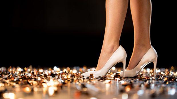 Cómo evitar que resbalen los zapatos con las medias