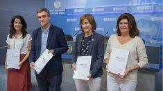 La consejera de Educación del Gobierno vasco, Cristina Uriarte (segunda por la izquierda), con el resto del equipo del programa 'Herenegun' sobre ETA en las clases de Historia. (EP)
