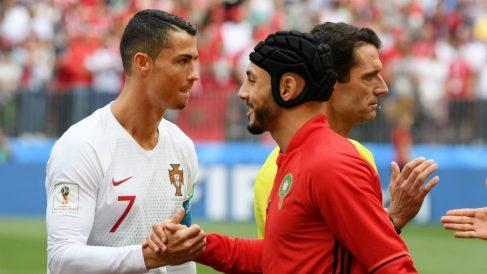 Cristiano y Amrabat se saludan antes del partido. (Getty)
