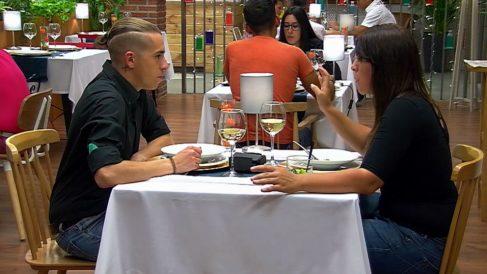 A Ángela no le convenció mucho la coleta de José en 'First Dates'