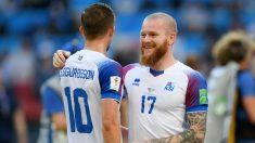 Dos jugadores de Islandia se abrazan durante el choque frente a Argentina. (Getty)