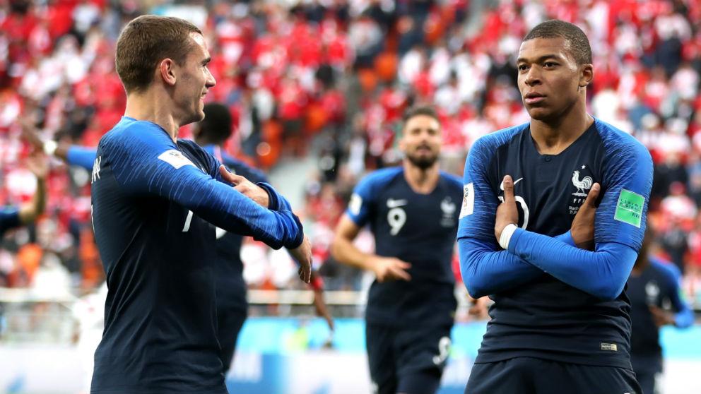 Mbappé celebra con Griezmann un gol en el Mundial. (Getty)
