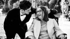 Sergi Roberto posa junto a su madre, enferma de ELA.