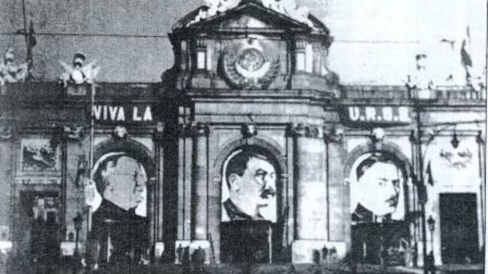 La puerta de Alcalá de Madrid con el retrato de Stalin durante la II República | Última hora Pedro Sánchez