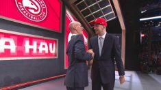Luka Doncic choca la mano con el comisionado de la NBA Adam Silver.